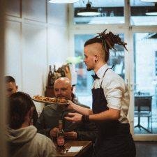 Serveur servant les tables pizzeria Nantes