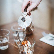 Cafetière servant un café, Affogato espresso sur glace vanille