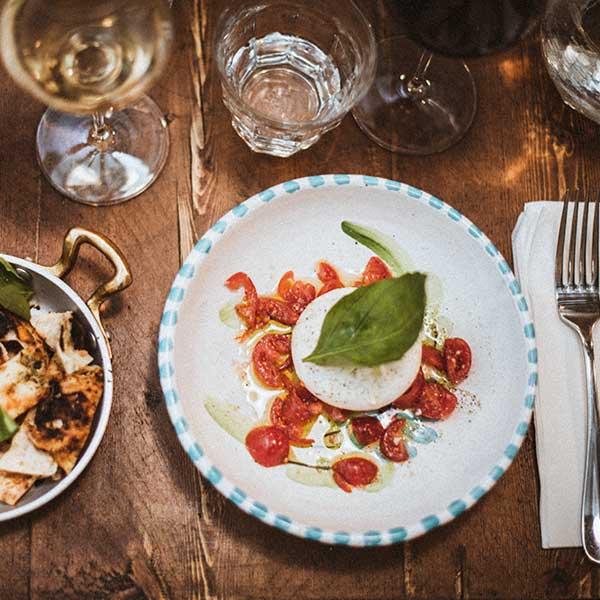 Burrata napolitaine, mozzarella tomates cerise et foccacia Vincenzo